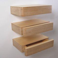 Pacco est un plateau flottant avec tiroir caché. La main dans le pli solide, une poignée discrète sous vous permet de faire glisser le tiroir ouvert. Le polyvalent et peu encombrant la conception de ces tiroirs modulaires signifie que vous pouvez les utiliser à bien des égards autour de