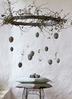 13 skandinavisch inspirierte Ideen für Ostern: vom puristischen Osterbaum über… 13 Scandinavian-inspired ideas for Easter: from the puristic Easter tree to the stylishly laid table and the surprising dessert for your guests. Decoration Vitrine, Decoration Table, Easter Table Decorations, Easter Tree, Easter Wreaths, Diy Ostern, Easter Holidays, Easter Party, Easter Brunch