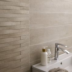 Best bathroom tile ideas fro small and large bathroom. Include wall and floor tiles design for shower and bathtub too. Travertine Bathroom, Best Bathroom Tiles, Beige Bathroom, Simple Bathroom, Basement Bathroom, Bathroom Flooring, Bathroom Wall, Bathroom Ideas, Large Bathrooms