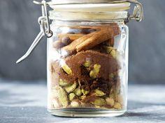 Lebkuchengewürz ist eine Gewürzmischung mit Zimt, Nelken, Piment, Koriander, Ingwer und einigem mehr, das Kuchen und Gebäck ein weihnachtliches Aroma verleiht.