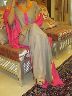 Kaftan leve, amplo e elegante, em seda cinza, rosa e coral.