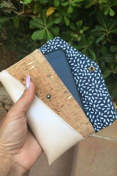 Smartphonetasche KUORI - Hansedelli - gratis Schnittmuster Handytasche - Freebook Smartphonetasche KUORI Hansedelli Kork gold Handytasche kostenloses Schnittmuster Täschchen nähen Source by MissRosidesign Sewing Patterns Free, Free Sewing, Sewing Tutorials, Sewing Projects, Diy Projects, Diy Bags Purses, Diy Purse, Sac Vanessa Bruno, Diy Backpack