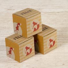 Remplissez cette boîte à dragées de sucreries puis offrez-les sans modération ! Personnalisable du prénom de votre enfant, vos invités seront épatés du papier recyclé.