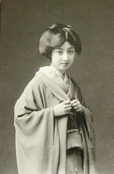 大正時代の芸妓さんです。髪型がおもしろい…ですね。【ほばーりんぐ・とと】