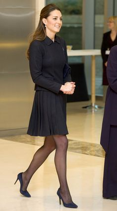 The Duchess Of Cambridge Attends Forum 20 Nov Love this picture for Duchess of Cambridge Kate Middleton. Vestido Kate Middleton, Kate Middleton Jeans, Looks Kate Middleton, Kate Middleton Photos, Kate Middleton Outfits, Pleated Skirt Outfit, Sexy Skirt, Skirt Outfits, Pleated Skirts