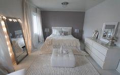 Kaunis makuuhuoneen sisustus henkii glamouria ja luksusta sekä samalla rauhallista tunnelmaa. Valkoiset kalusteet, kuten Kodin1:sen nahkarahi ja Ikean Malm lipasto, tuovat raikkautta makuuhuoneeseen.