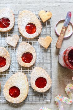 Adorable Easter egg jam cookies to celebrate Easter with style! An irresistible spin on the classic French jam cookie. New Year's Desserts, Cute Desserts, Christmas Desserts, Dessert Recipes, Jam Recipes, Dessert Ideas, Slow Cooker Desserts, Vegan Candies, Jam Cookies