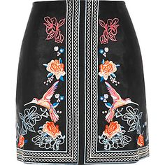 Black floral embroidered mini skirt € 40,00