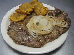 Bistec asado en cazuela con tostones - Comida cubana
