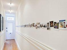 Un couloir long et étroit est souvent synonyme de place perdue. Difficile à décorer, c'est un endroit négligé car jugé inutile et impersonnel. C'est pourt