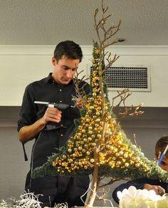 me ~ Een feeërieke florale kerst Mannequin Christmas Tree, Diy Christmas Tree, Xmas Tree, Christmas Ornaments, Christmas Table Decorations, Holiday Decor, Alternative Christmas Tree, Navidad Diy, Christmas Wonderland