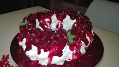 christmas pavlova with red fruits Christmas Pavlova, Homemade Pastries, Red Fruit, Cake Decorating, Sweets, Desserts, Food, Tailgate Desserts, Deserts