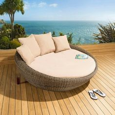 Rattan Lounger For The Garden Or The Swimming Pool? - http://decor10blog.com/decorating-ideas/rattan-lounger-for-the-garden-or-the-swimming-pool.html