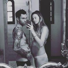 "Adam Levine presume su ""pancita"" de embarazo"