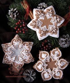 Stars with exquisite RI piping by Anikó Vargáné Orbán, posted on Cookie Connection Star Cookies, Fancy Cookies, Iced Cookies, Holiday Cookies, Cupcake Cookies, Cookies Et Biscuits, Cupcakes, Christmas Gingerbread House, Christmas Treats