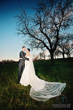 Long veils look great on wedding photos!