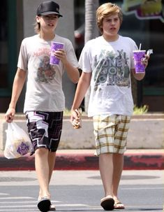 Dylan and Cole Sprouse Sprouse Bros, Cole M Sprouse, Cole Sprouse Jughead, Dylan Sprouse, Riverdale Funny, Riverdale Memes, Zack E Cold, Cody Martin, Michael Dean Johnson