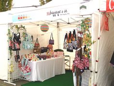 Craft Show Booth purses Vendor Displays, Craft Booth Displays, Display Ideas, Booth Ideas, Vendor Booth, Display Design, Store Design, Craft Show Booths, Craft Show Ideas