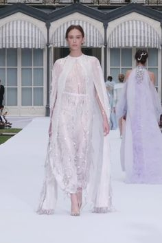 Ralph & Russo Look Autumn Winter Couture Collection. Gorgeous Embroidered White Lurex Silk Georgette Evening Jumpsuit with a Cape. Runway Show by Ralph & Russo High Fashion Outfits, Look Fashion, Fashion Show, Fashion Dresses, Gothic Fashion, Haute Couture Dresses, Couture Fashion, Runway Fashion, Elegant Dresses