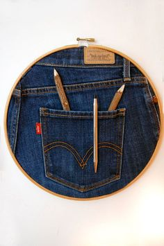 Great wall pocket for pens/pencils from embroidery hoop and jeans! Great wall pocket for pens/pencils from embroidery hoop and jeans! The post Great wall pocket for pens/pencils from embroidery hoop and jeans! Embroidery Hoop Crafts, Embroidery Transfers, Vintage Embroidery, Embroidery Designs, Embroidery Thread, Jean Crafts, Denim Crafts, Fabric Crafts, Sewing Crafts
