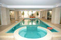 Großen indoor-Pool und Whirlpool, die komplexe mit Bäumen präsentiert auf einem Ende
