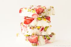 A refreshing and healthy snack for hot summer days. The frozen yogurt bars with strawberries and pistachios is a colorful snack with low calories. It only takes ten minutes of your time to have a snack ready to befool your desir Snack Recipes, Dessert Recipes, Cooking Recipes, Bar Recipes, Breakfast Recipes, Healthy Meals For Kids, Healthy Snacks, Healthy Summer, Healthy Eating