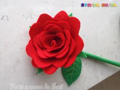 Rosa rossa in pannolenci. Fatta a mano da Susi, che pratica il cucito creativo come hobby con amore e precisione affinchè i manufatti possano durare nel tempo. Un' idea regalo poco impegnativa, in grado di conservare in sè un romantico ricordo di questo San Valentino senza mai sfiorire. Handmade felt craft Valentine Day Rose gift decoration