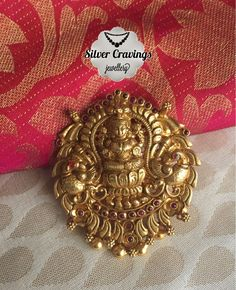 Looking for traditional antique pendant designs to shop? Here are our picks of best designs & where you can buy them! Gold Temple Jewellery, Real Gold Jewelry, Gold Jewelry Simple, India Jewelry, Gold Chain Design, Gold Ring Designs, Gold Earrings Designs, Necklace Designs, Antique Jewellery Designs