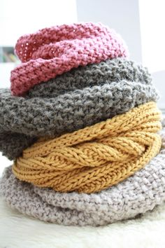 These are pretty much my favorite colors. All stacked up so gorgeously here! Snood - tricot knitting Plus Knit Or Crochet, Crochet Scarves, Knitted Poncho, Knitted Hats, Knitting Projects, Knitting Patterns, Hat Patterns, Headband Pattern, Knit Fashion