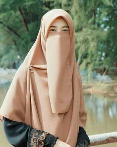 Cewek Cantik cadar eagle eyes Hijab Gown, Hijab Style Dress, Casual Hijab Outfit, Hijab Chic, Arab Girls Hijab, Girl Hijab, Muslim Girls, Muslim Couples, Muslim Hijab