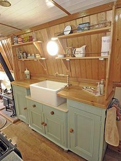 Is it really possible to live on a houseboat?different types of houseboats that are commonly used as fulltime dwellings of vacation homes. Narrowboat Kitchen, Narrowboat Interiors, Canal Boat Interior, Barge Interior, Houseboat Living, Houseboat Ideas, Dutch Barge, Boat Decor, Boat Projects