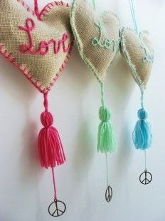 bolsitas con arpillera - would make nice lavender sachets to hang in the wardrobe. Felt Crafts, Fabric Crafts, Diy And Crafts, Arts And Crafts, Sewing Projects, Projects To Try, Diy Barn Door, Handicraft, Crochet