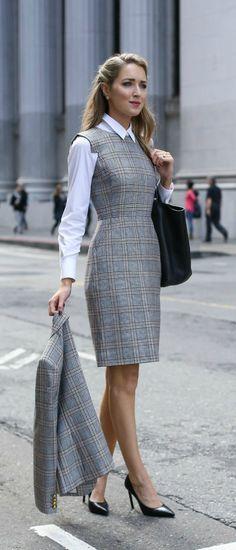 Clássica e chique: 10 ideias para investir no estilo. Camisa branca, sobreposição com vestido xadrez cinza, príncipe de gales, blazer cinza, scarpin preto