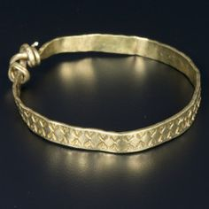 Item of the Vale of York Hoard (gold armring) which was discovered in North Yorkshire in January 2007 by two metal-detectorists, David and Andrew Whelan. Viking Jewelry, Ancient Jewelry, Antique Jewelry, Jewelry Findings, Pendant Jewelry, Viking Arm Rings, Vikings, Viking Museum, Old Rings