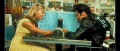 """Olivia Newton-John et John Travolta en """"date"""" dans """"Grease""""."""