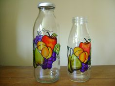 26 Best Botellas y frascos decorados images Old Glass Bottles, Glass Bottle Crafts, Wine Bottle Art, Painted Wine Bottles, Stained Glass Paint, Making Stained Glass, Glass Painting Designs, Auction Projects, Diy And Crafts Sewing