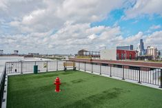 Enjoy breathtaking views of the Chicago skyline at sunset from atop our stunning rooftop community space featuring a tranquil pool, pergola seating and kitchenette areas, and a Bark Park for your four-legged friends.