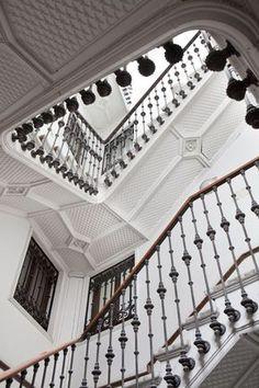 ☝☟escadas - Black and white staircase Beautiful Architecture, Beautiful Buildings, Architecture Details, Interior Architecture, Staircase Architecture, Beautiful Stairs, Spanish Architecture, Staircase Design, White Staircase