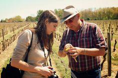 Aventures en terres inconnues - à la recherche du Typhlodrome - Olivier is explaining to Barbara how to look for Typhlodromes in chateau de Chantegrive