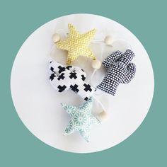 Guirlande Cactus et Etoile tissus vert, noir et jaune et perles bois brut déco scandinave : Décoration pour enfants par zig-et-zag