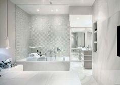 salle de bains de luxe blanche avec un carrelage mural et de sol aspect marbre blanc Alabastri