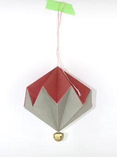 http://ludorn.wordpress.com/2013/11/24/diy-paper-diamonds-with-bells/