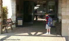 EE.UU.- Un niño se detuvo en la entrada de su escuela  y elevó una oración  agradeciendo a Dios. L...