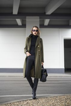 Why not wear an olive pea coat and black skinny jeans? Both of these items are super functional and will look great teamed together. You can get a bit experimental with footwear and introduce black leather ankle boots to the equation. Winter Coat Outfits, Fall Outfits, Casual Outfits, Casual Dresscode, Long Green Jacket, Green Coat, Peacoat Outfit, Mode Outfits, Fashion Outfits