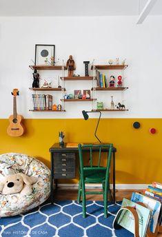 Quarto de criança com meia parede mostarda, escrivaninha vintage, ukulele, puff de estampa tropical e estante com livros e bonecos. Kids Bedroom, Bedroom Decor, Colorful Apartment, Deco Kids, Estilo Tropical, Kids Room Design, New Room, Interiores Design, House Colors