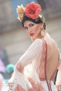 Flowers and flamenco Spanish Dress, Spanish Dancer, Spanish Woman, Spanish Style, Spanish Gypsy, Spanish Heritage, Spanish Fashion, Flamenco Dancers, Flamenco Dresses