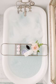 Want a relaxing bathtub right now. this one is definitely my dream bathroom decor idea