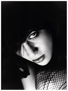 David Bailey - Asia Argento (this an awesome portrait - very dramatic) Swinging London, Catherine Deneuve, Famous Photographers, Portrait Photographers, Black And White Portraits, Black And White Photography, David Bailey Photographer, Photo Oeil, Shooting Studio