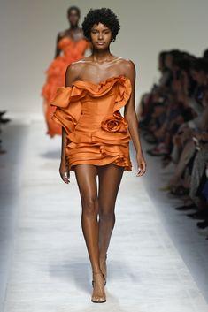 See all the looks from the show Women's Runway Fashion, Couture Fashion, Fashion News, Fashion Models, High Fashion, Fashion Show, Fashion Outfits, Womens Fashion, Fashion Design