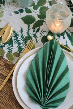 Warum den Urban Jungle Trend nicht auch mal auf den Esstisch bringen? Mit der Servietten Falttechnik 'Blatt' von @roombeez ist das kein Problem Das komplette Table Styling in Grün & Gold, zeig ich euch heute auf dem Blog :)